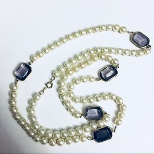 Jewelry - Strand of pearls with blue jewels